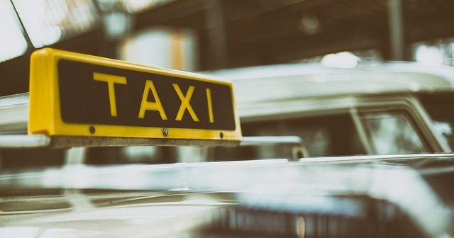 Marseille, taxi, jeunes fêtards